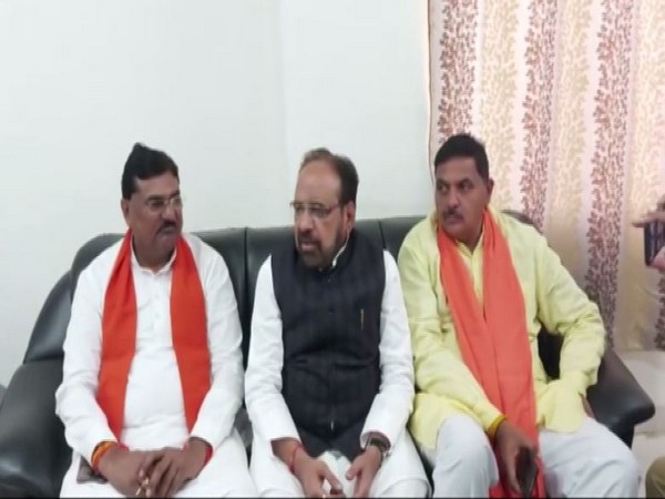 Mohan Bhargava (in middle) speaking to reporters in Harda, Madhya Pradesh on Thursday. Photo/ANI