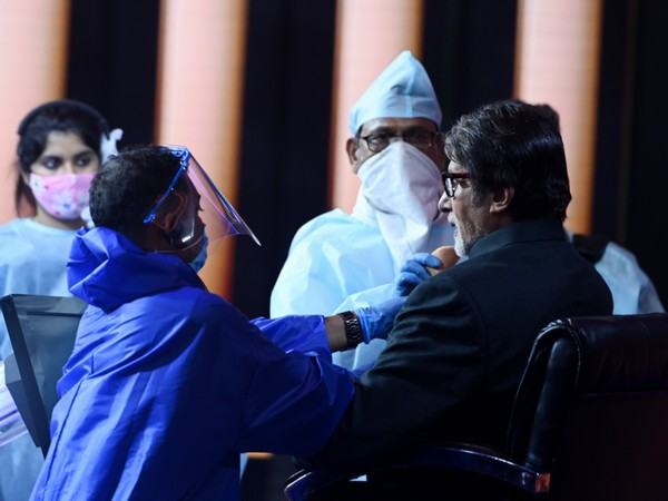 The picture shared by legendary actor Amitabh Bachchan from the sets of 'Kaun Banega Crorepati'. (Image source: Twitter)
