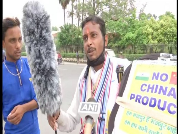 A roadside vendor oppose Chinese products, sells only Indian goods in Patna. Photo/ANI
