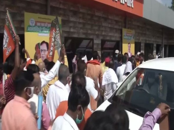 BJP workers gheraoed Sushil Modi over ticket issue in Patna on Sunday. Photo/ANI