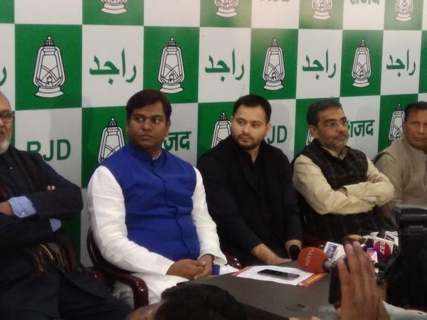 VIP chief Mukesh Sahni (left) along with RJD leader Tejaswi Yadav and RLSP chief Upendra Kushwaha (File Pic)
