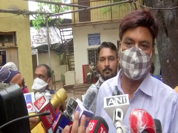 Bihar Police inspector Kaisar Alam speaking to reporters in Mumbai on Wednesday. [Photo/ANI]