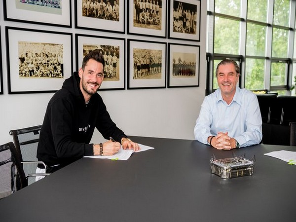 Swiss goalkeeper Roman Burki signing a contract extension (Photo/Borussia Dortmund Twitter)