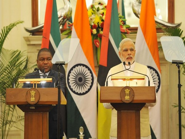 Prime Minister Narendra Modi (R) and Mozambique President Filipe Nyusi (L)