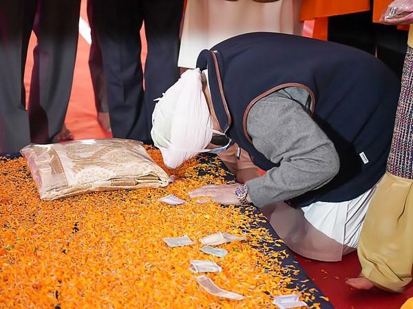 Punjab CM paid his respect at Sri Ber Sahib Gurudwara in Sultanpur Lodhi.  Photo/ANI