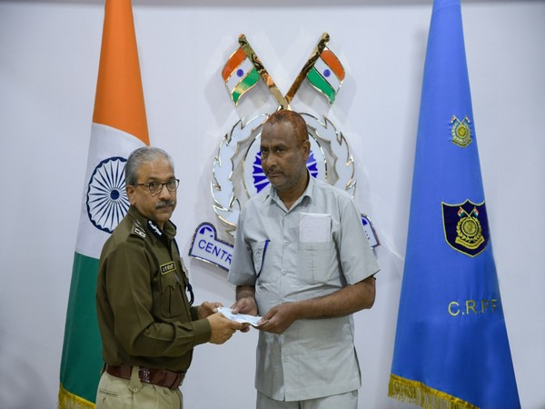 AP Maheshwari gives away Rs 11 lakh cheque to retired head constable Alish Mohammad in New Delhi on Wednesday. Photo/ANI