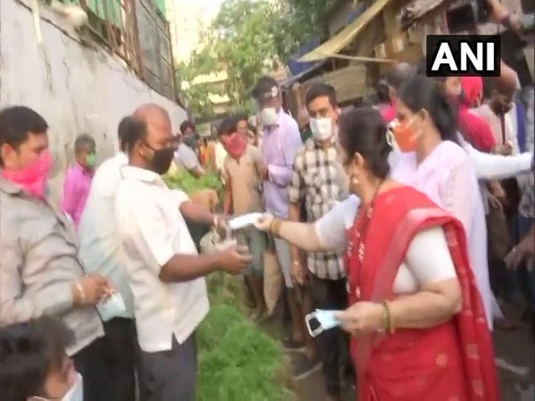 Mumbai Mayor Kishori Pednekar distributing mask at a vegetable market on Tuesday morning. (Photo/ANI)