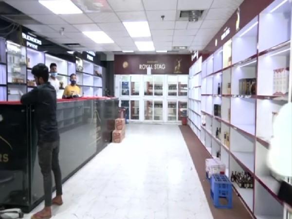 Private liquor stores in Delhi will close from October 1. (Photos/ANI)