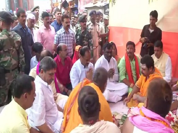 Chief Minister Raghubar Das along with Jharkhand Tourism Minister performed puja in Shravani Mela, Deogarh on Wednesday (Photo/ANI)