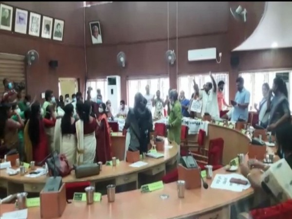 Thrissur Municipal Corporation witnessed unruly scenes with the clash between Opposition and ruling party councillors on passing the Master plan.