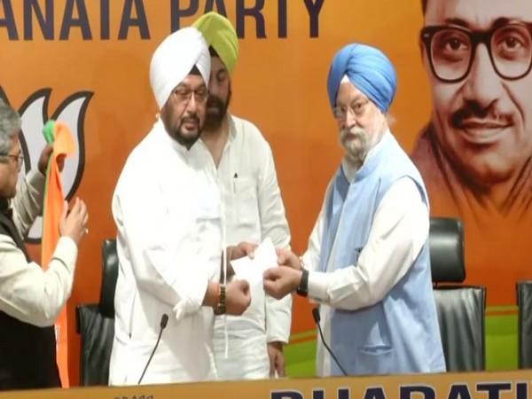 Union Minister Hardeep Singh Puri welcoming Inderjeet Singh to BJP. (Photo/ANI)