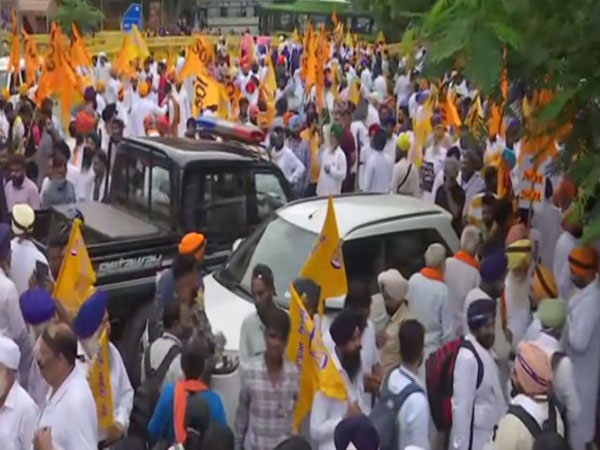 SAD workers protesting outside Rakabganj Gurudwara in Delhi (Photo/ANI)