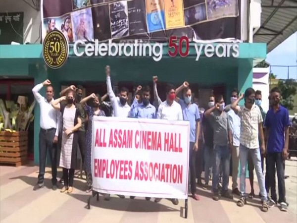 Employees of movie theatres protesting