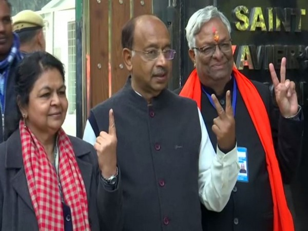 BJP leader Vijay Goel (middle) accompanied by his wife (left) and BJP candidate Suman Gupta (L) after casting their votes in Chandni Chowk on Saturday. Photo/ANI