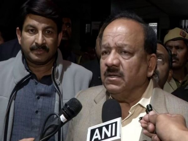Union Minister Harsh Vardhan and BJP MP Manoj Tiwari took stock of patients admitted in GTB Hospital in wake of Delhi violence. Photo/ANI