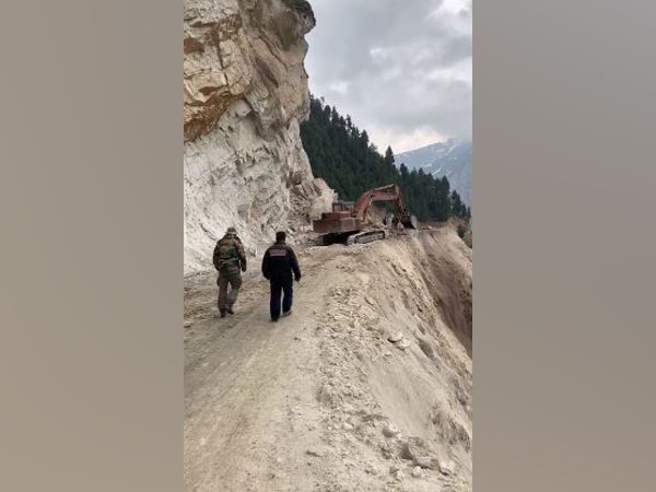 Authorities working to clear the Srinagar-Leh highway on Thursday. Photo/ANI