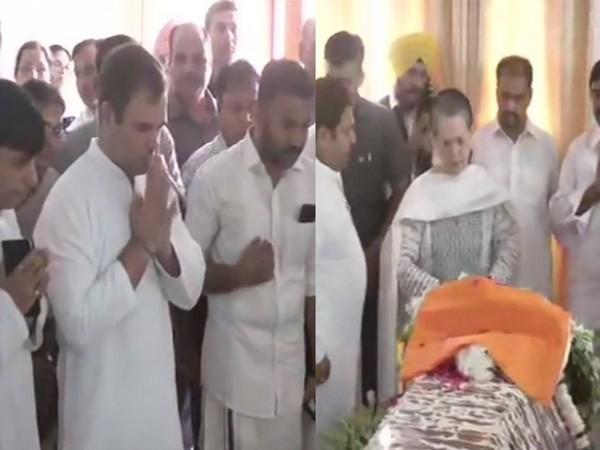 Rahul, Sonia paying last tribute to Sushma Swaraj at her residence on Wednesday. Photo/ANI