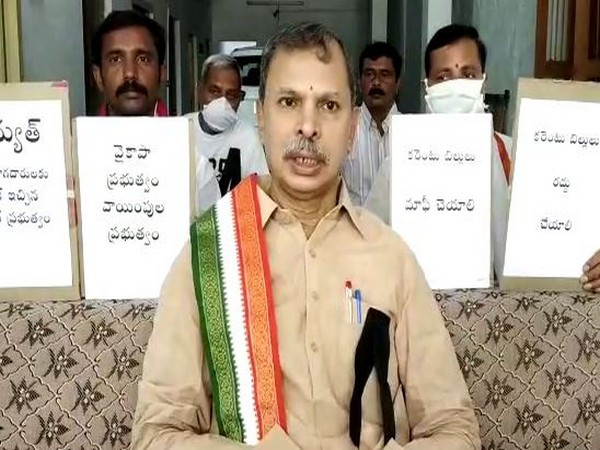 Andhra Pradesh Congress Committee working president Tulasi Reddy holds protest at his residence in Vempalle village under Kadapa, Andhra Pradesh, on Thursday. Photo/ANI