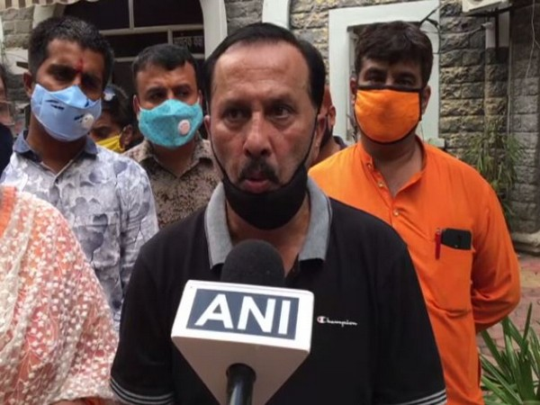Ramesh Jagwani, the victim who was beaten up by police sub-inspector speaking to ANI on Saturday. Photo/ANI
