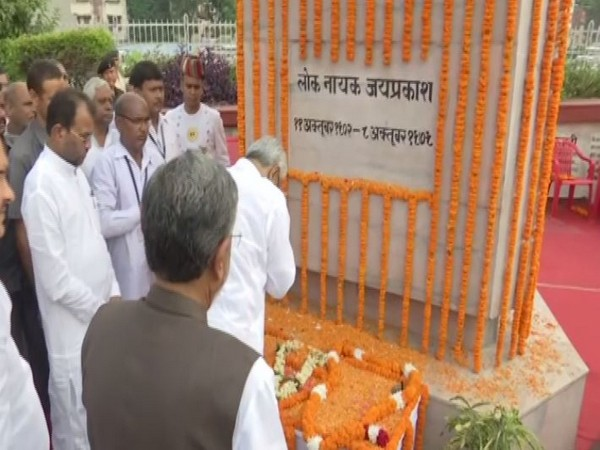 Chief Minister Nitish Kumar and his deputy Sushil Modi paying tribute to Independence activist Jayaprakash Narayan on his birth anniversary. Photo/ANI