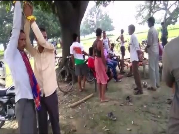 Pawan Gaunda (L) with his father were tied to a tree in Prayagraj on Friday. [Photo/ANI]