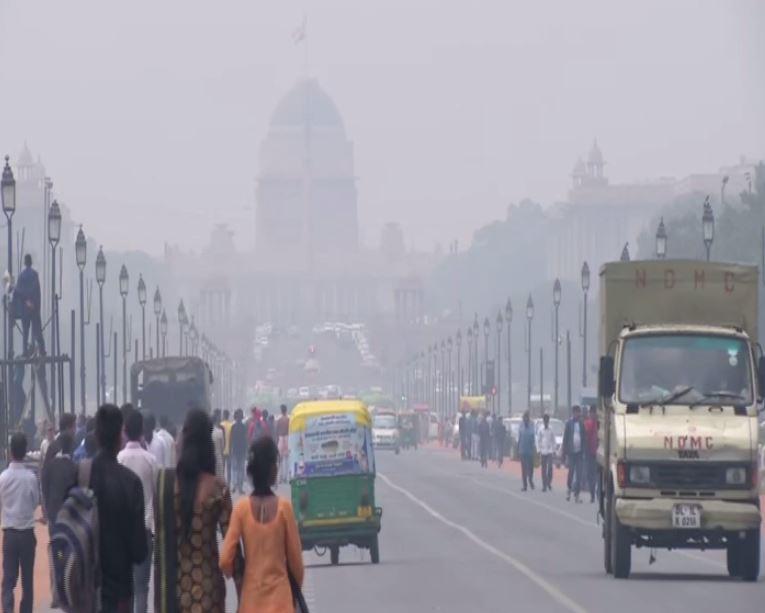 Thin layer of haze lingers over Rajpath in New Delhi (Photo/ANI)