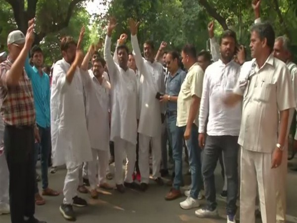 Congress workers staging protest outside the residence of party interim president Sonia Gandhi in New Delhi on Wednesday. Photo/ANI