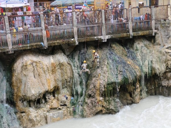 Women personnel of ITBP cleaned banks of Alaknanda River in Badrinath (Photo/ANI)