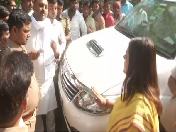 Maneka Gandhi gets involved in an argument with Sonu Singh outside a polling booth in Sultanpur on Sunday. [Photo/ANI]