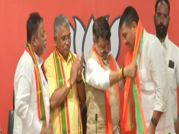 TMC MLA Sunil Singh joins BJP in New Delhi on Monday.(ANI/Photo)