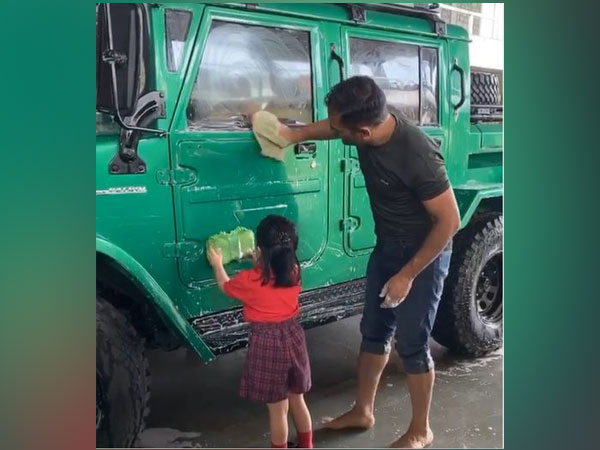 Ziva Dhoni helps MS Dhoni to clean up his vehicle (Photo/ MS Dhoni Instagram)
