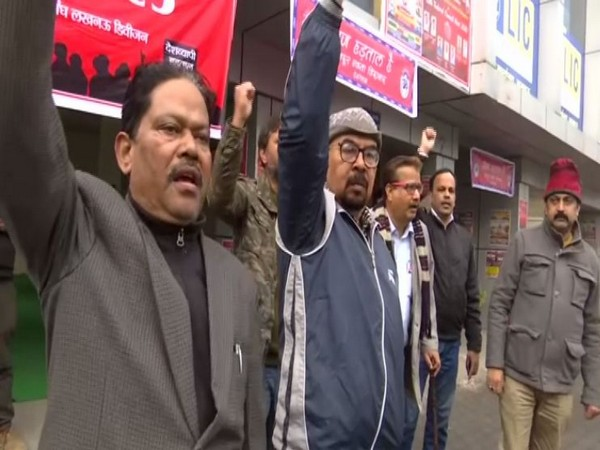 LIC employess protesting against government's anti-labour policies on Wednesday. (Photo/ANI)