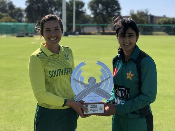South Africa captain Sune Luus and Pakistan captain Bismah Maroof with the T20 series trophy at Assupol Tuks Oval in Pretoria (Photo/Cricket South Africa)