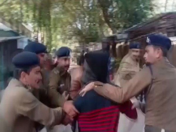 Police personnel trying to rescue the accuse from the lawyers in Mhow (Photo/ANI)