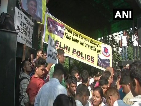Delhi police personnel holding placards to protest against Tis Hazari clashes. File photo)
