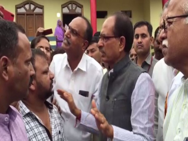 Shivraj Singh Chouhan visits flood-affected Mandsaur in Madhya Pradesh and interacted with locals over there. [Photo/ANI]