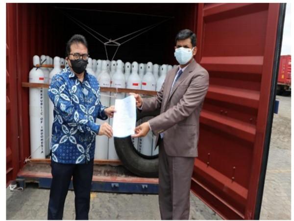 Consul General Agus P Saptono with Regional Passport Officer, Manoj Kumar.