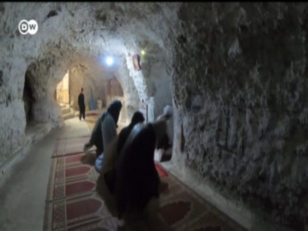 North-west Pakistani residents living in caves (DW News Agency)