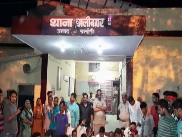 SP-BSP workers and villagers protesting outside Alinagar police station in Chandauli on Sunday. Photo/ANI