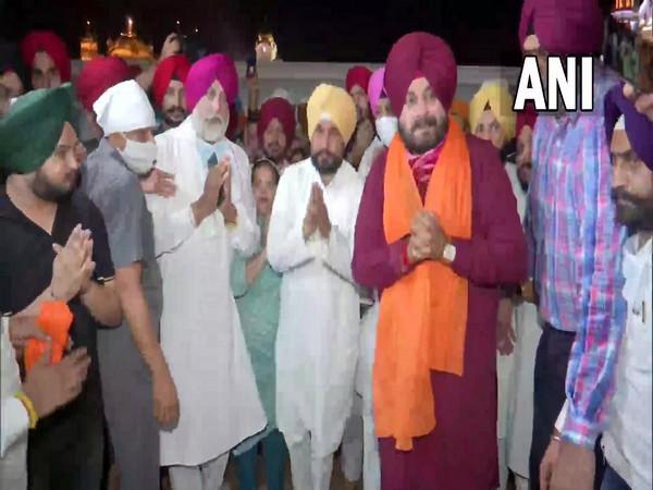 Punjab CM Charanjit Channi, deputy CMs and PPCC Navjot Sidhu offer prayers at Golden Temple. (Photo/ ANI)