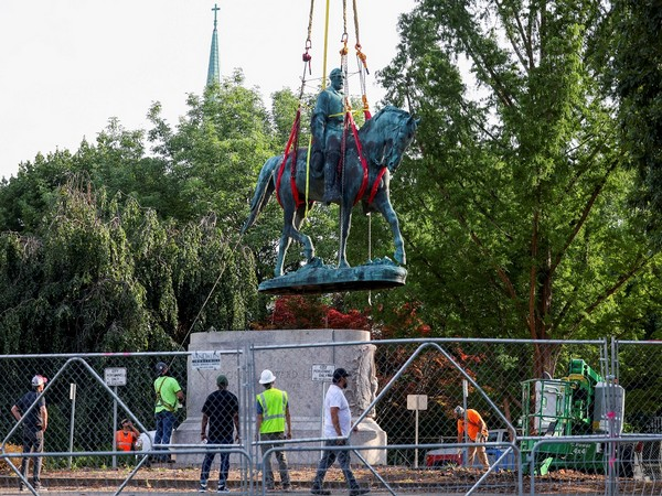 Workers removing the statue of Confederate General Robert E Lee (Photo Credit - Reuters)