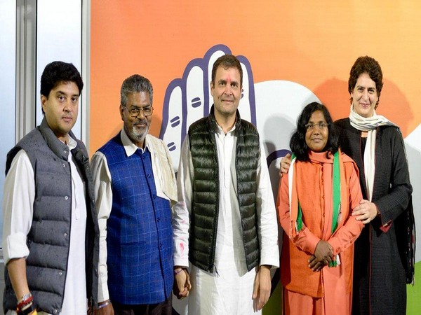 Savitribai Phule (Saffron clothes) with Congress President Rahul Gandhi with General Secretary for UP (East) Priyanka Gandhi Vadra and General Secretary for UP (West) Jyotiraditya Scindia in Delhi.