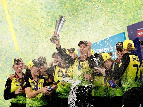 Australian team celebrating after lifting the ICC T20 World Cup trophy. (Photo/Cricket Australia Twitter)