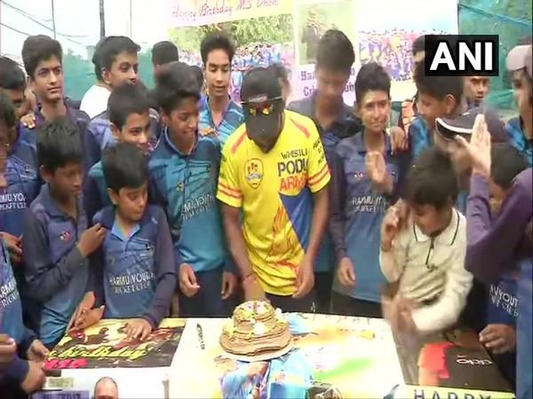 Fans in Ranchi celebrate Dhoni's birthday