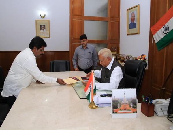 Karnataka: Independent MLA H.Nagesh resigns as minister, submits resignation to Governor Vajubhai Vala