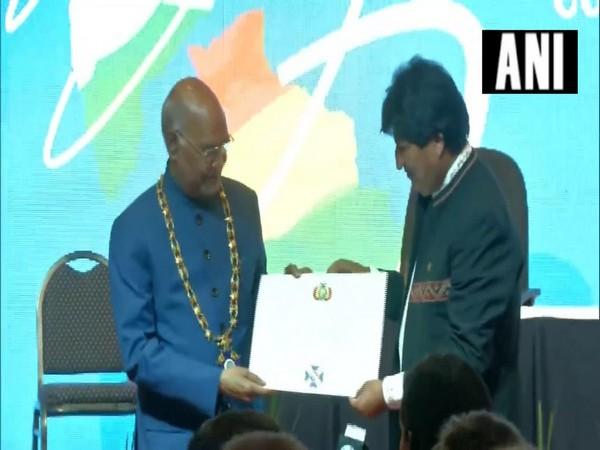 President Ram Nath Kovind receiving  highest state honour of Bolivia-Condor delosAndes en el Grado de Gran Collar from President of Bolivia Evo Morales on Friday (Photo/ANI)
