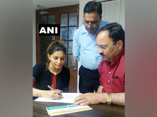 Famous Haryanvi singer, dancer Sapna Chaudhary joined Congress party on Saturday in New Delhi. Photo/ANI