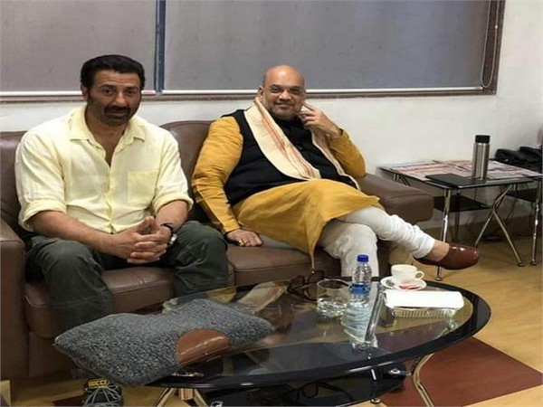BJP president Amit Shah met Bollywood actor Sunny Deol at Pune Airport on Friday. Photo/ANI