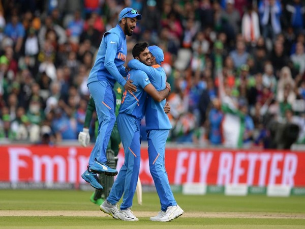 Indian team celebrates the wicket of Pakistan skipper Sarfaraz Ahmed (Photo/ Cricket World Cup Twitter)