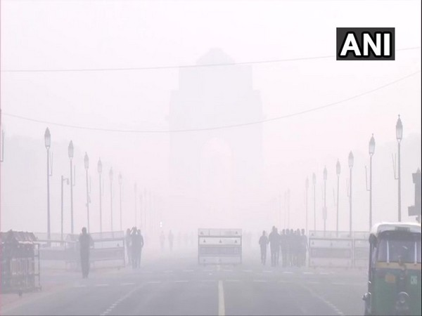 Haze lingers as air quality around India Gate remains in 'Very Poor' category [Photo/ANI]